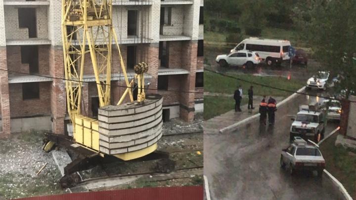 Жилой дом под угрозой: в Тольятти на стройке башенный кран съехал с рельсов