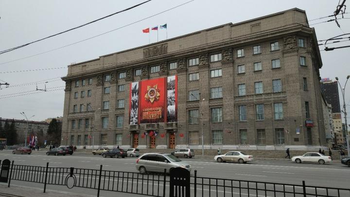 В Новосибирске подняли флаги ко Дню Победы и начали возводить трибуны в центре