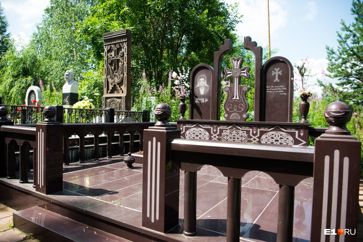 А это более традиционное надгробие