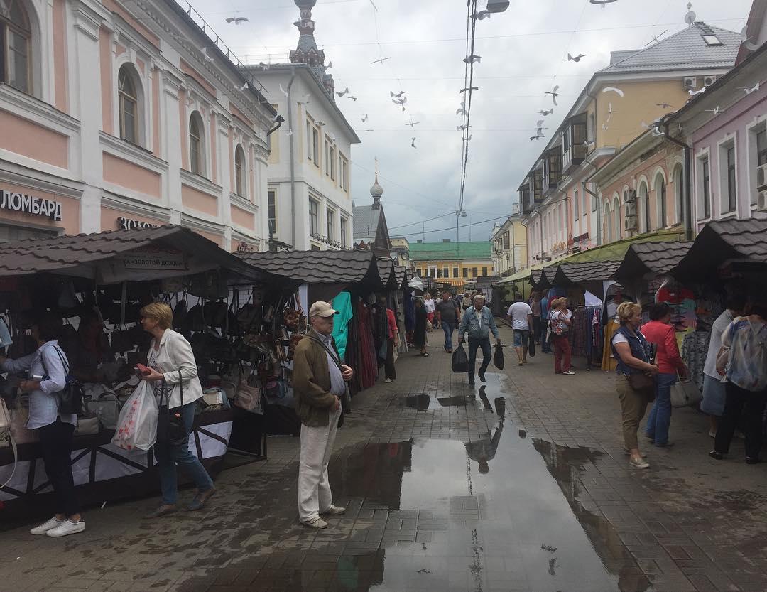 На пешеходной туристической улице устроили рынок