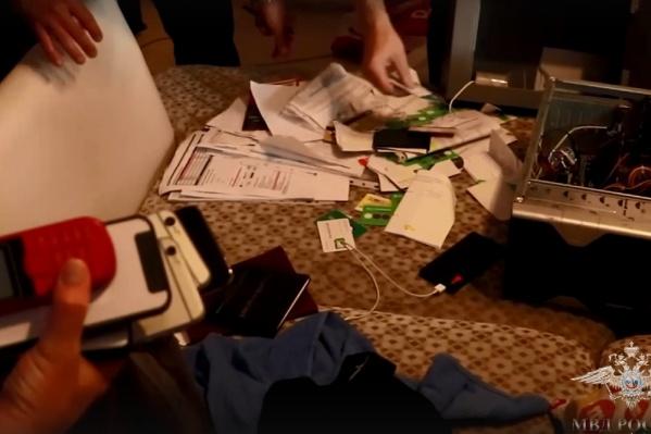 В квартире у мошенников нашли симки, деньги и кредитки