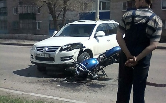 В Башкирии внедорожник врезался в мотоцикл: пострадал байкер