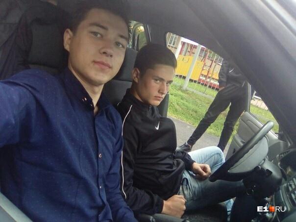 На фото за рулем сидит СергейКопорушкин, на соседнем сиденье — Роман Хасанов