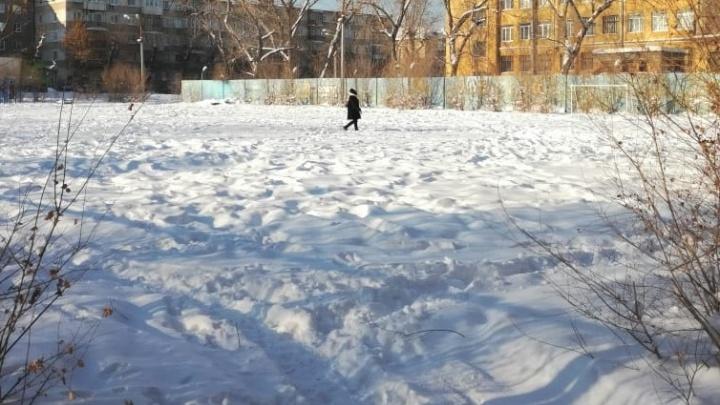 «Идти некуда — только пиво пить»: в Челябинске исчезло футбольное поле с трибунами