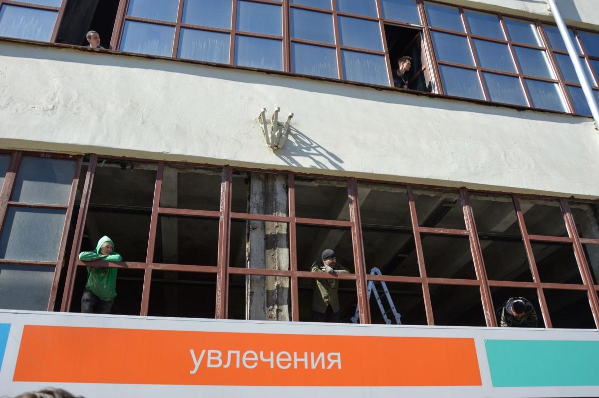 Строители смотрят на проходящих по Ленина демонстрантов