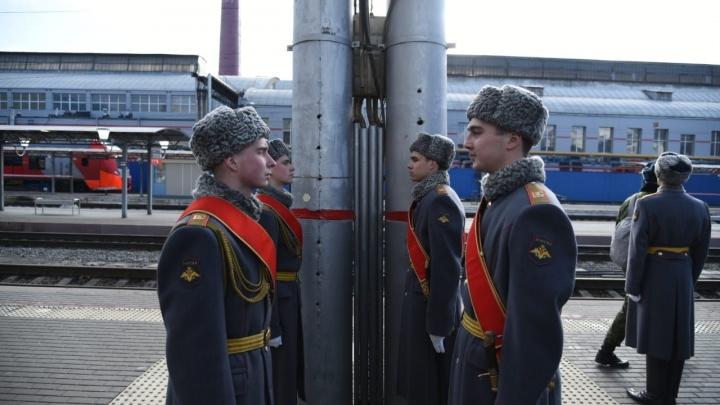 Машины, автоматы, каша: в Ростов прибыл военный поезд с сирийскими трофеями