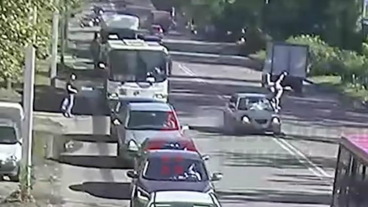 Мужчина выскочил прямо на «Хёндай»: жуткое ДТП на Добрынинском мосту попало на видео