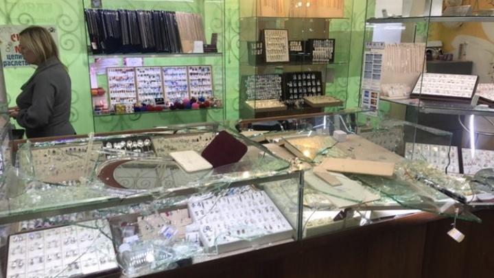 В «Солнечном» налетчики напали на ювелирный магазин и избили уборщицу