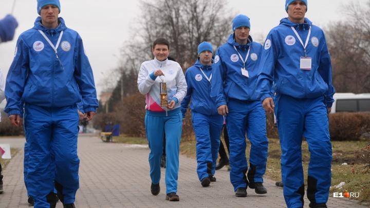 Охраняют шестеро крепких мужчин: в Екатеринбург привезли огонь универсиады