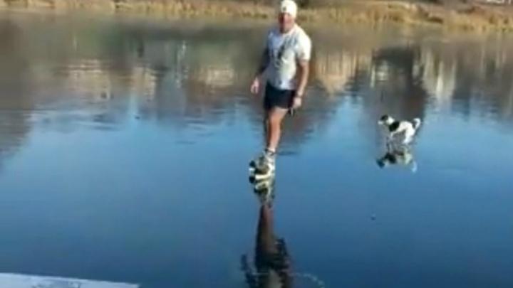 Морозоустойчивый ярославец в шортах и майке прокатился на коньках по реке