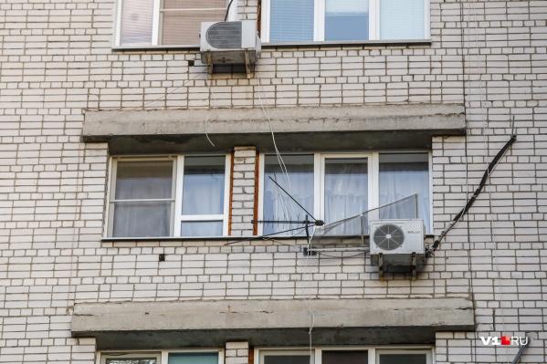 Женщину обнаружили на козырьке подъезда 16-этажки