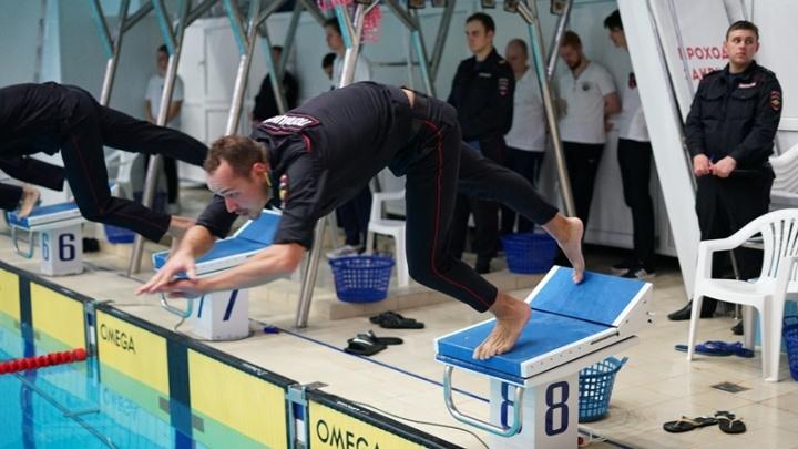 В Челябинске полицейские устроили заплыв в форме