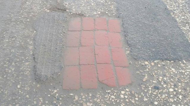 «Это вам не дорогой литой асфальт»: дороги Волгоградской области закладывают старым кирпичом