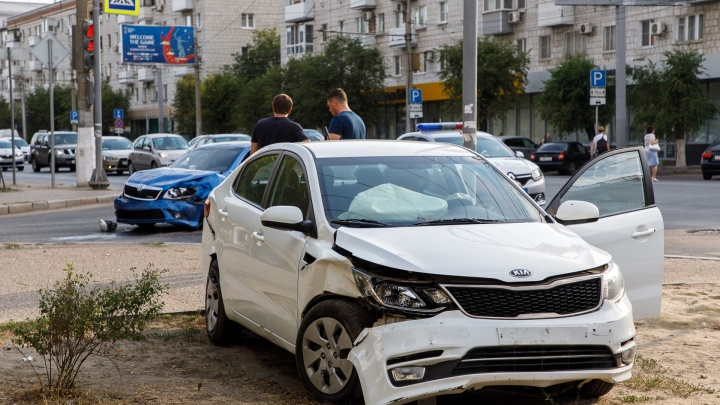 «Я пристегнулась за секунду до удара»: в центре Волгограда машина вылетела на тротуар