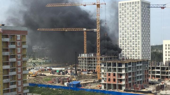 Пришлось эвакуировать 50 рабочих: в Академическом вспыхнул пожар на стройке