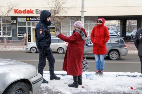 По словам горожан, устоять на ногах в центре Волгограда могут только самые сноровистые