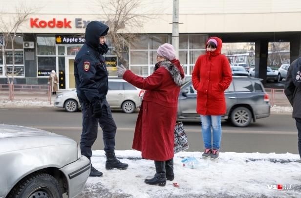 «Сегодня можете разбить себе голову»: дорога у торгового центра в Волгограде стала опасной для жизни