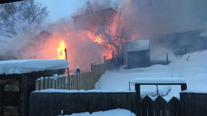 «Закидывали лопатами снега»: в Железнодорожном районе загорелся дом — его помогли потушить соседи