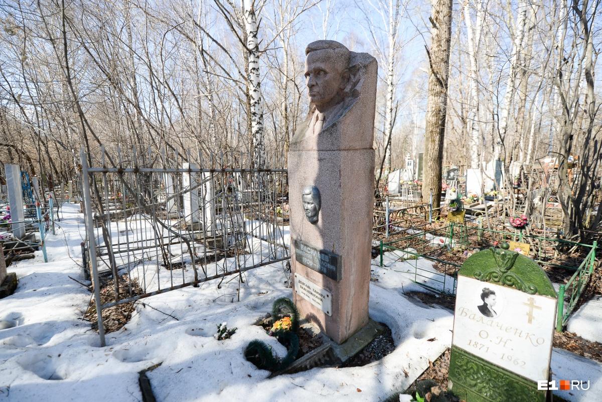 А этот памятник— из цемента с мраморной крошкой