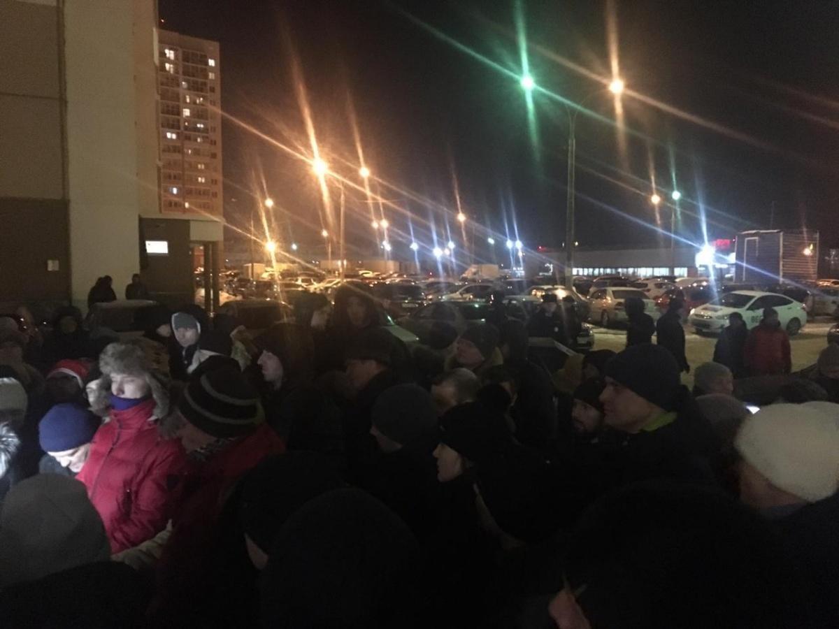 Не хотим кормить криминал : на Эльмаше 80 человек вышли на митинг против платной парковки