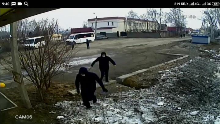 Двое хулиганов в масках разбили стёкла в маршрутках на остановке в Ленинском районе