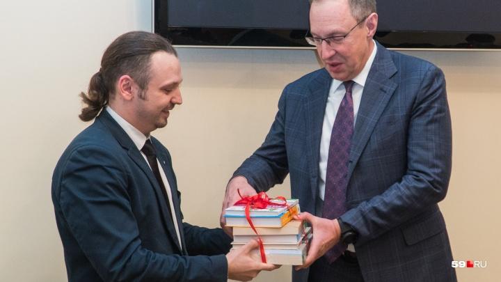 Городские активисты подарили мэру Перми на Новый год книги по урбанистике