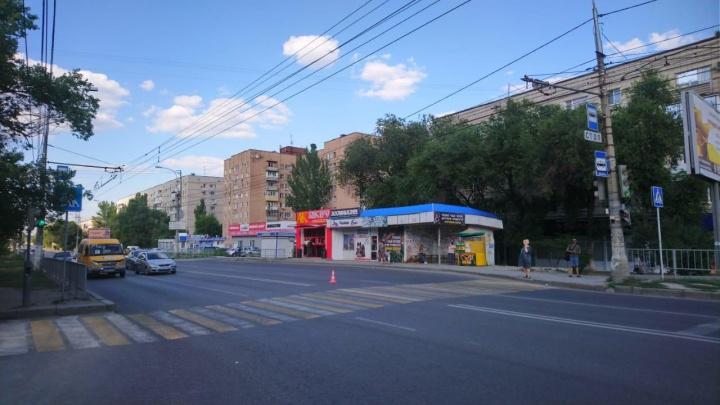 «С переломом ключицы сбежал из больницы»: в Волгограде пешеход бросился под колеса иномарки