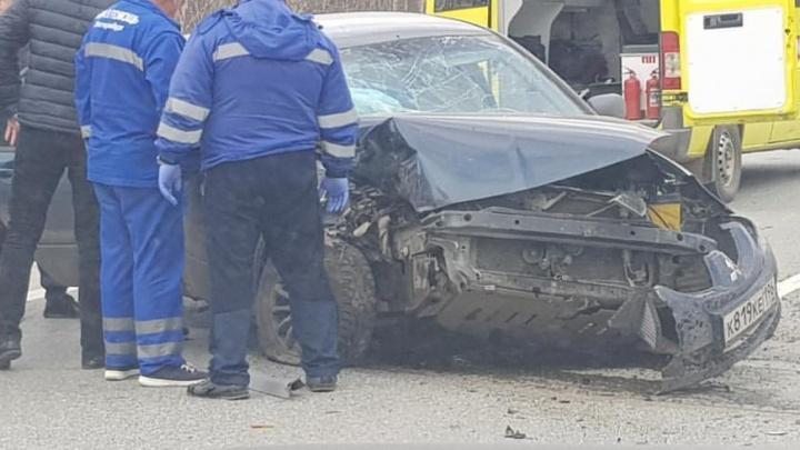 «Достать девушку невозможно»: на Серовском тракте после аварии смяло легковушку