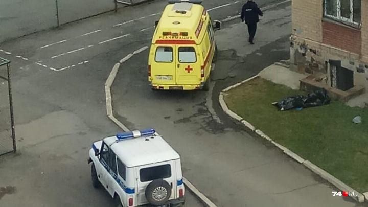 «Дети увидели из окна»: возле челябинской школы обнаружили мёртвого мужчину