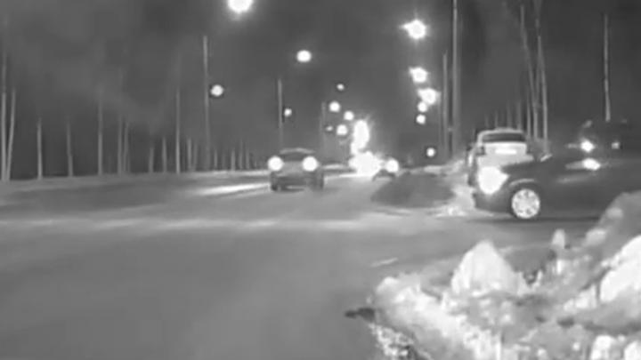 В Сети появилось видео погони за мужчиной, напавшим с ножом на водителя скорой помощи