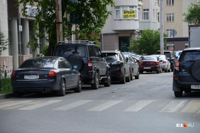 Сейчас с обеих сторон дороги припаркованы машины