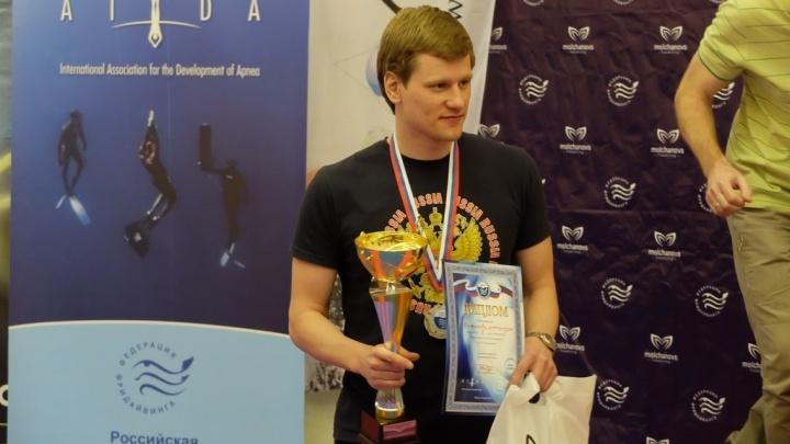Свердловский фридайвер, задержав на 7 минут дыхание, выиграл две медали на чемпионате России