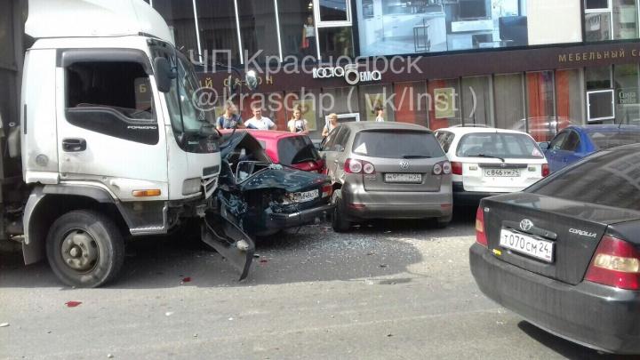 Грузовик без водителя скатился с горки на Кирова и собрал четыре авто на парковке