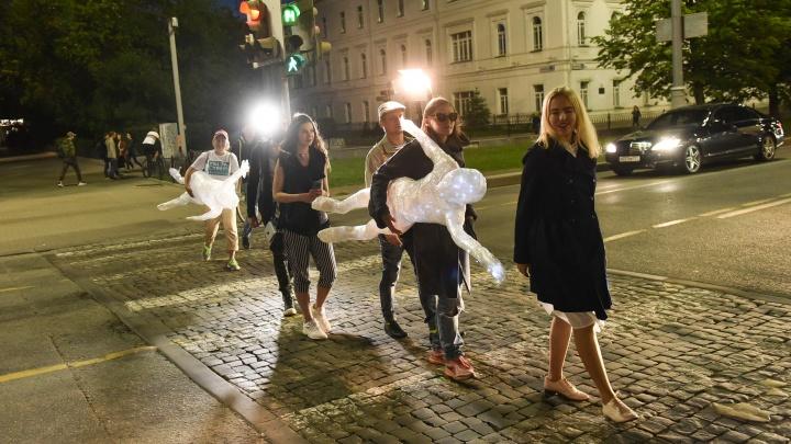 Светящиеся фигуры из сквера у Театра драмы прогулялись по ночному Екатеринбургу