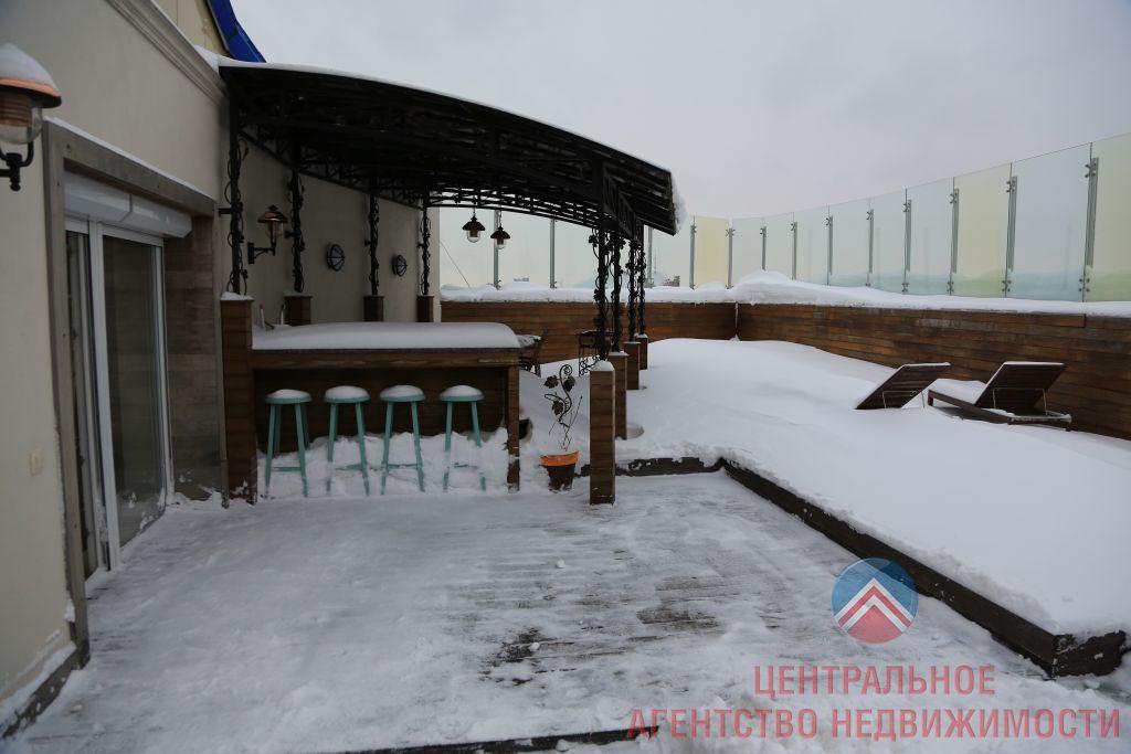 Терраса оборудована зоной барбекю и шезлонгами, летом здесь даже устанавливают бассейн