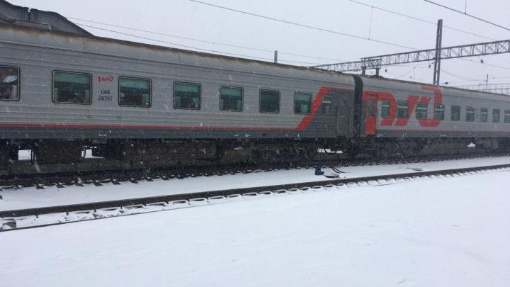 Под Тюменью ишимец разбил окно поезда и без одежды бегал от полицейских