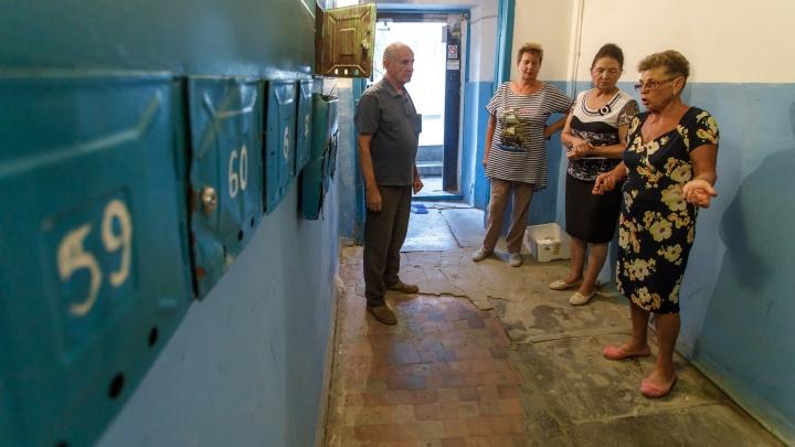 «10 лет в трещинах и плесени»: волгоградцы требуют ремонта дома на проспекте Университетском