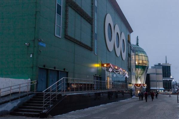 Магазин долгое время располагался на первом этаже второй очереди ТРК «Семья»