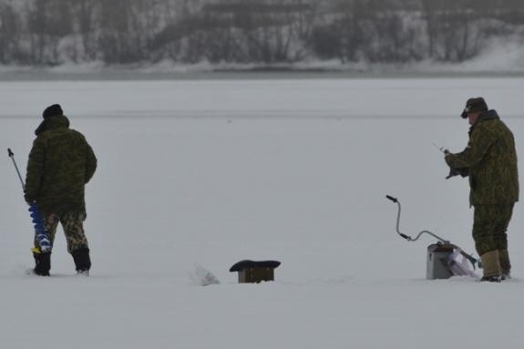 Спасатели регулярно выгоняют рыбаков с тонкого льда Абаканской протоки