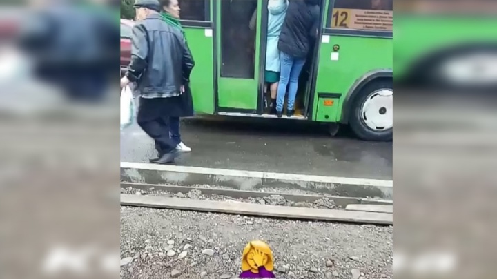 «Консерва»: люди вываливались из переполненного автобуса №12, который запустили до СФУ вместо № 68