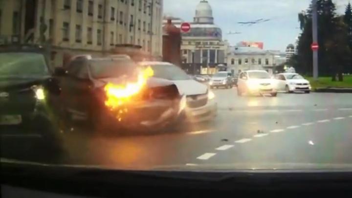 Удар, а потом пожар: массовое столкновение на кольце возле «Высоцкого» попало на видео