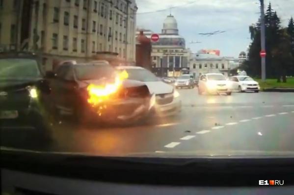 Столкнувшиеся машины чуть не зацепили автомобиль, регистратор которого снял ДТП