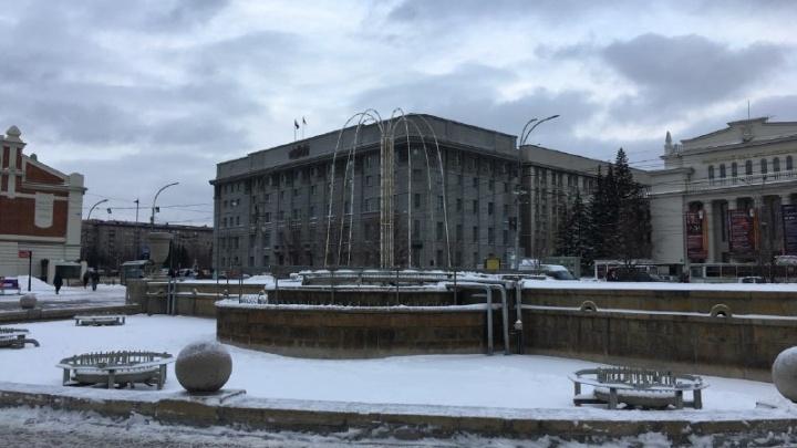 Над фонтаном в Первомайском сквере начали ставить дуги для светодиодов