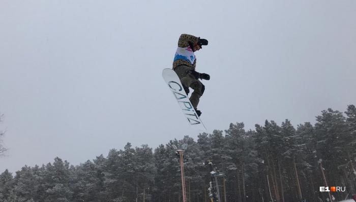 Участники соревнованийпоказывали лучшие трюки в сноупарке, вылетая на трамплинах и скользя по перилам