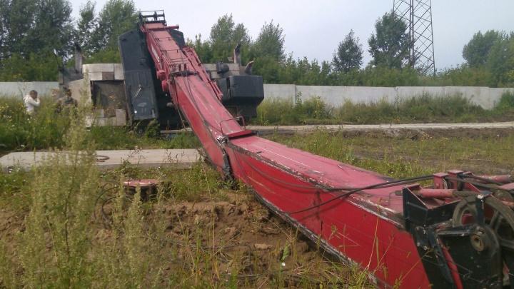 На стройке на окраине Новосибирска упал кран