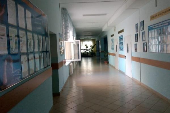 Школу проветривают, уже в ближайшие часы занятия собираются возобновить