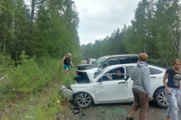 Оба автомобиля пытались увернуться в одну сторону, поэтому удар получился косо-фронтальным