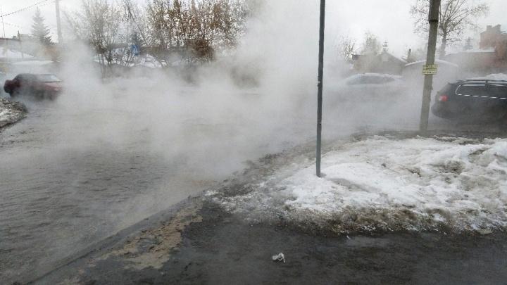 Улицу Куйбышева залило горячей водой после порыва на теплосети