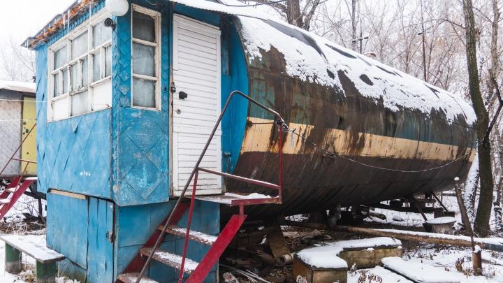 Металлическое гетто: в Омске восемь человек живут в бочках даже зимой