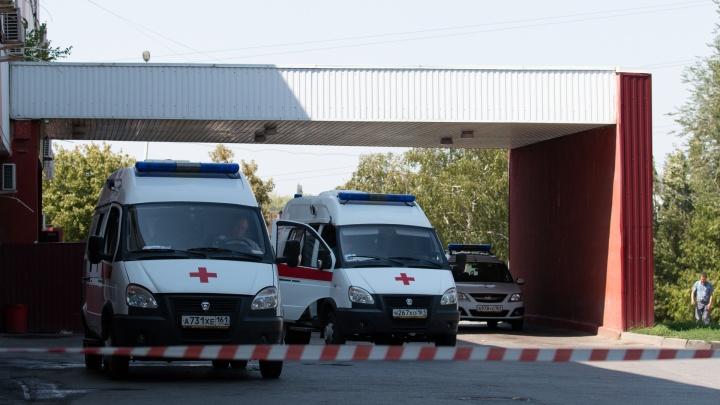 «Умирающий» возле ростовской больницы пациент попал в объектив камеры наружного наблюдения